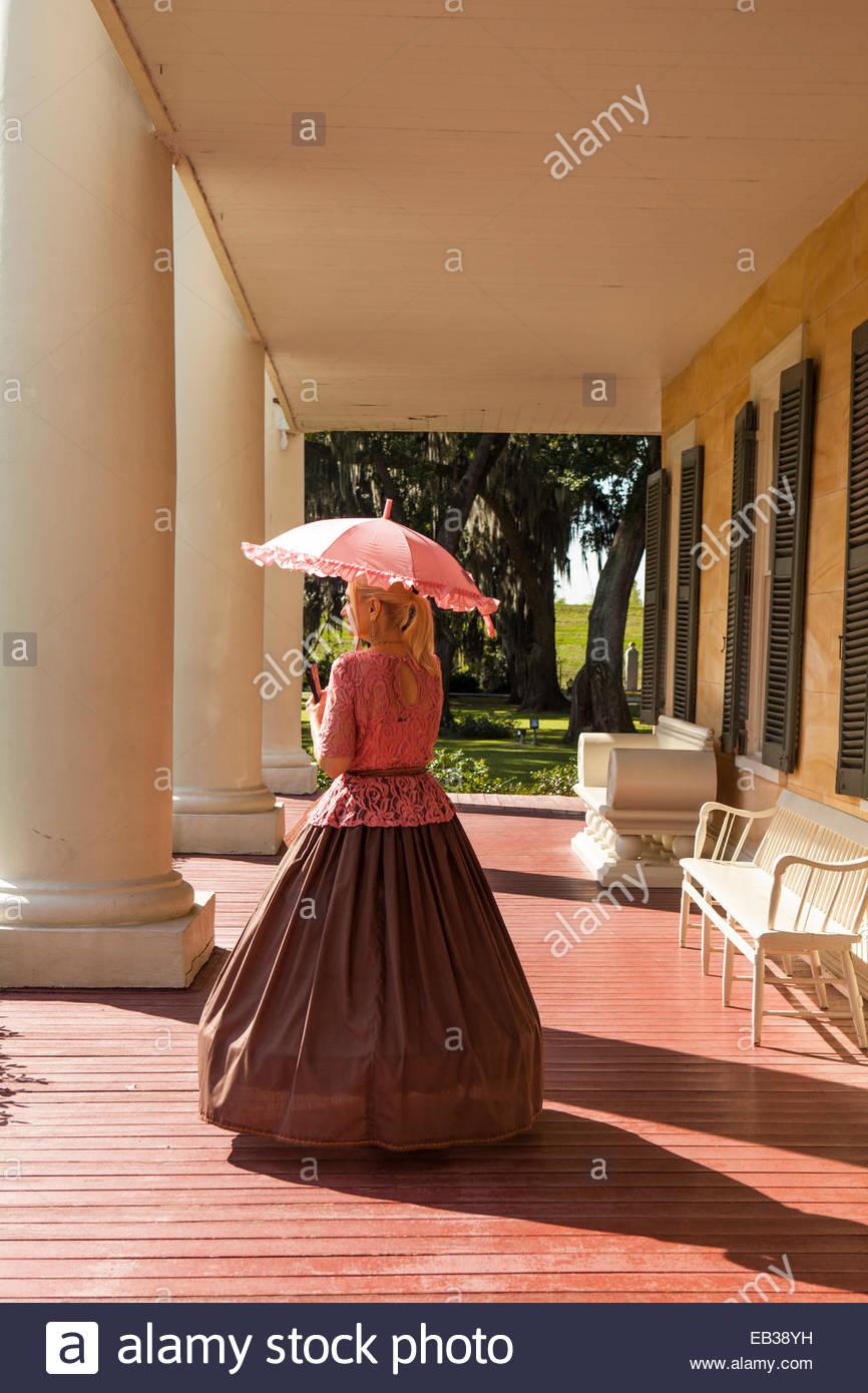 Un docente vestida con trajes de época del siglo XIX de Southern Belle en el Houmas House Plantation y jardines. Imagen De Stock