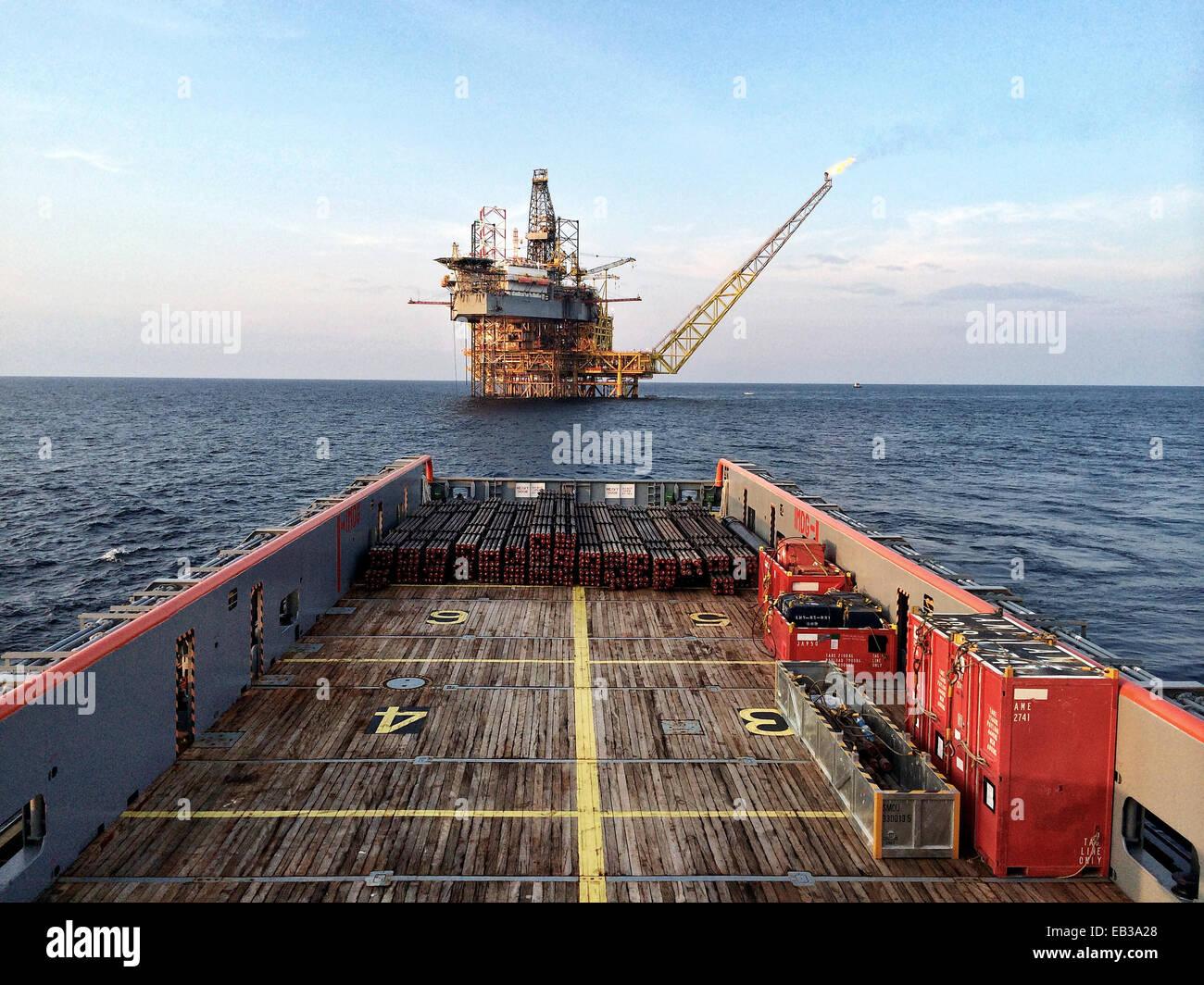Plataforma petrolífera visto desde la cubierta principal del buque de suministro de plataformas Imagen De Stock