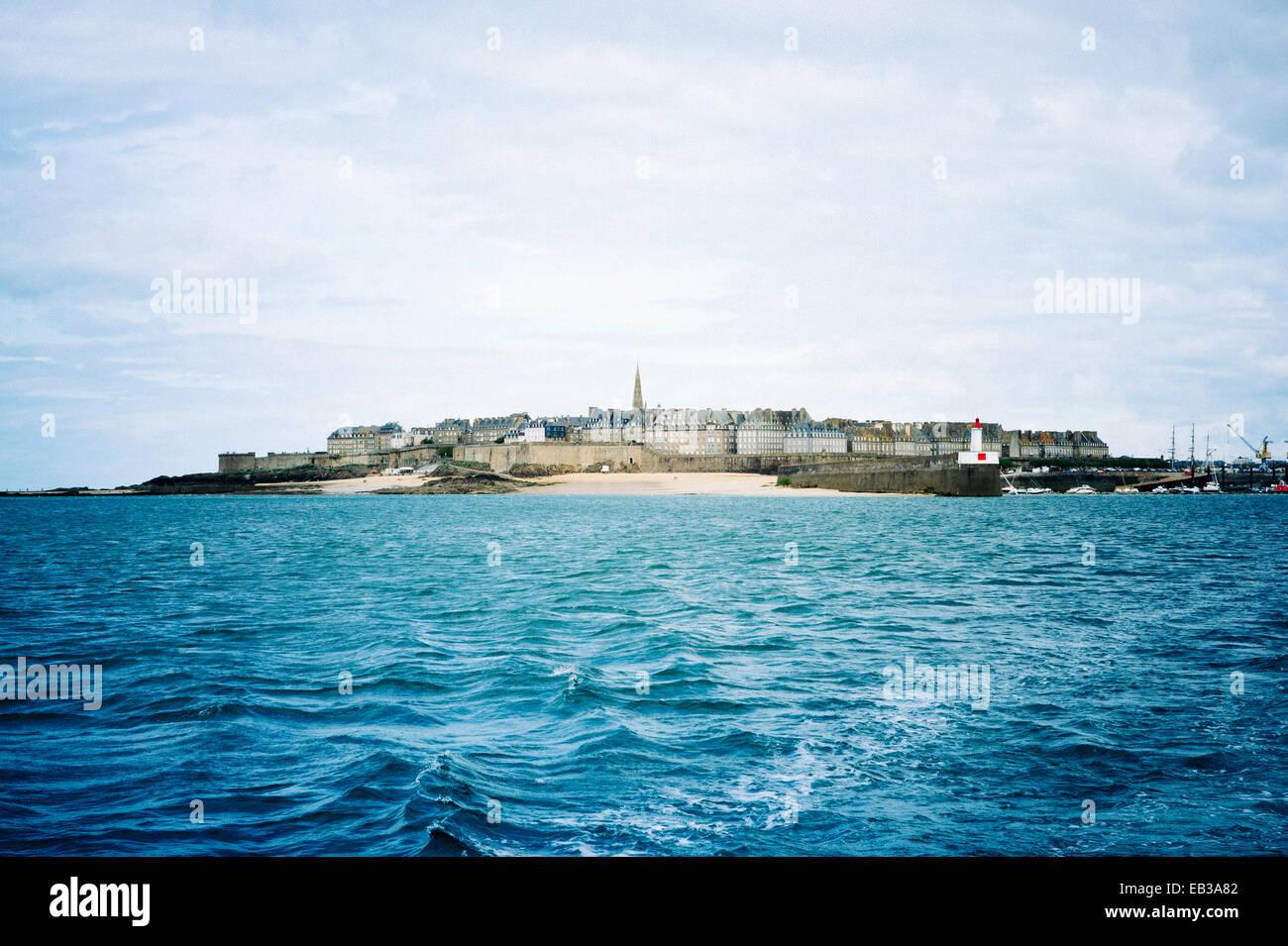Vista de la dársena comercial del mar Foto de stock