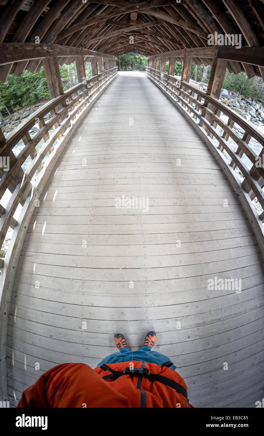 Canadá, Columbia Británica, puente de madera en Whistler Imagen De Stock