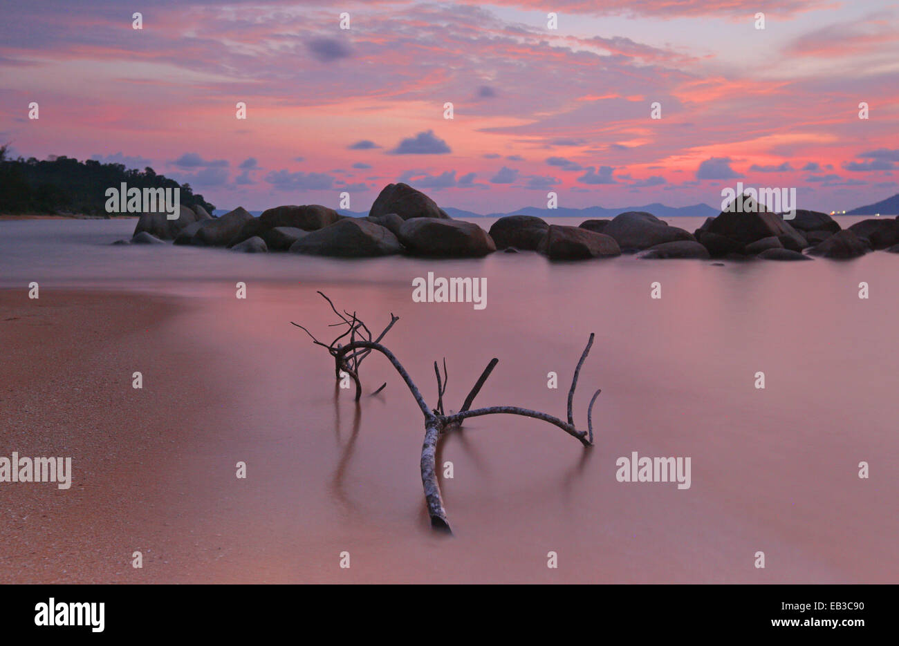 Indonesia, Singkawang, Kura Kura playa en el atardecer. Imagen De Stock