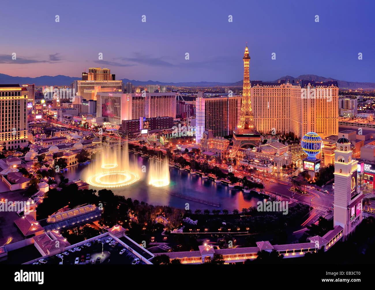 El horizonte de la ciudad en la noche con fuentes de agua Hotel Bellagio, Las Vegas, Nevada, Estados Unidos, EE.UU. Foto de stock