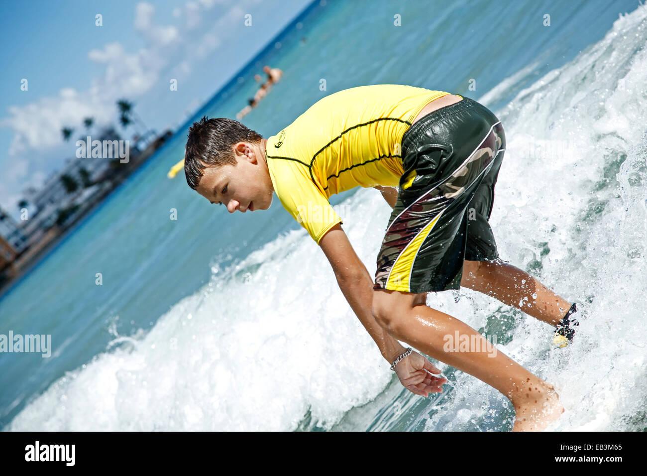 Boy surf, Pinar Playa, Isla Verde, Puerto Rico Imagen De Stock