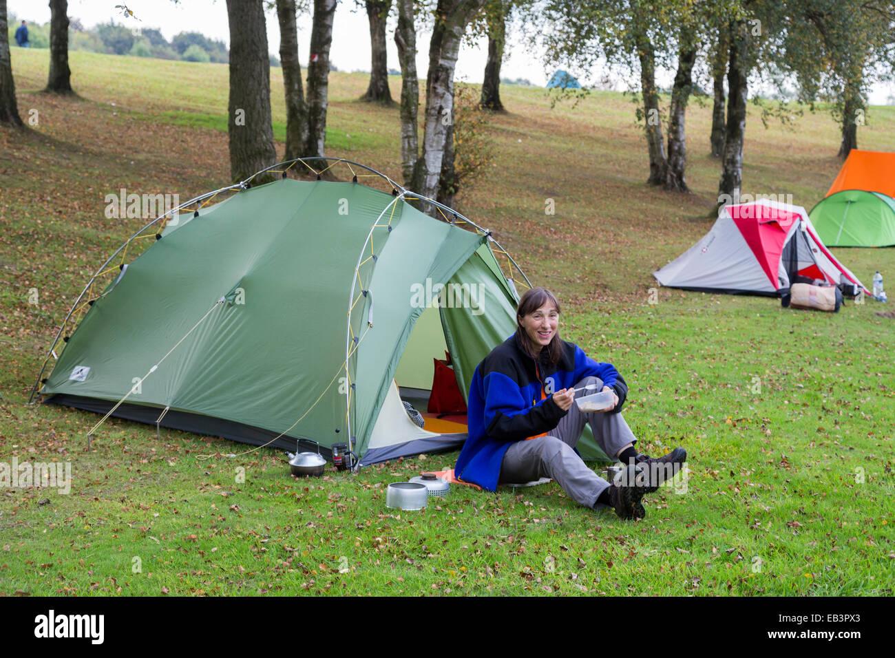 Camper tienda fuera comiendo, REINO UNIDO Foto de stock