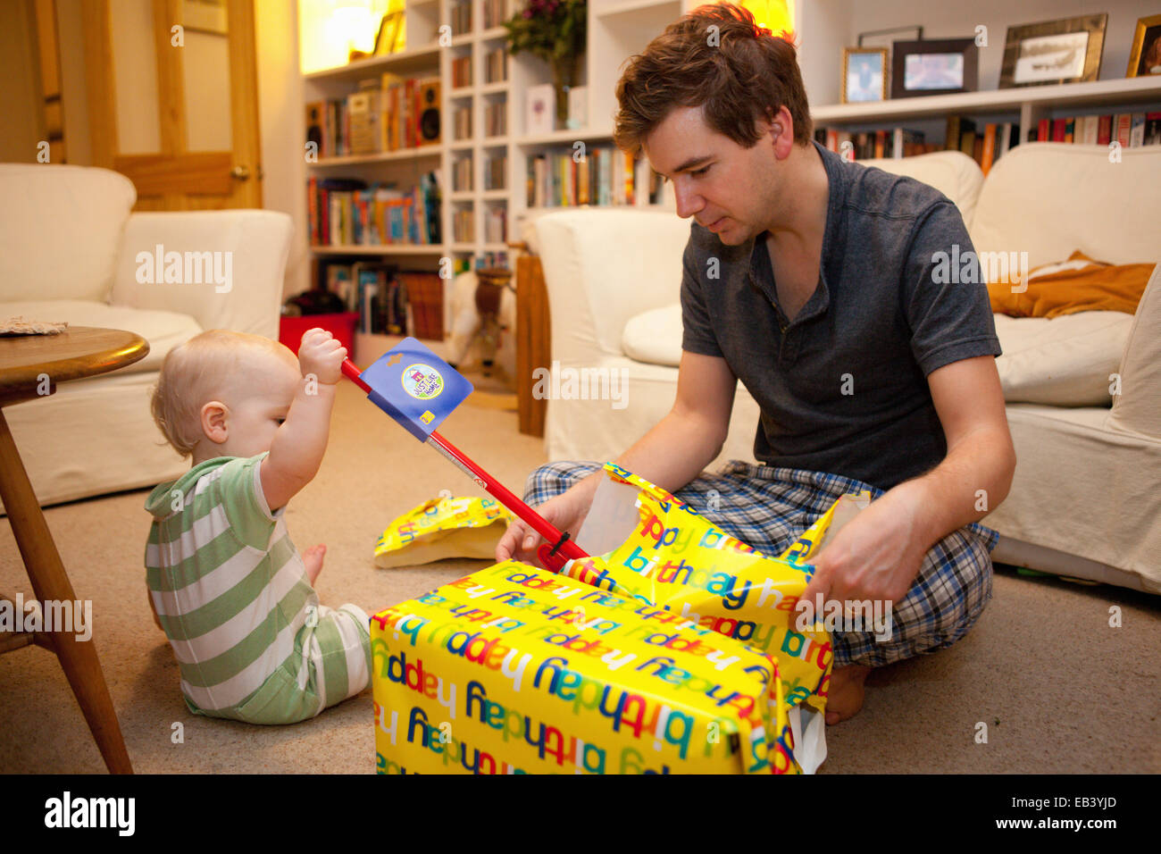 Baby Boy abriendo regalos Imagen De Stock