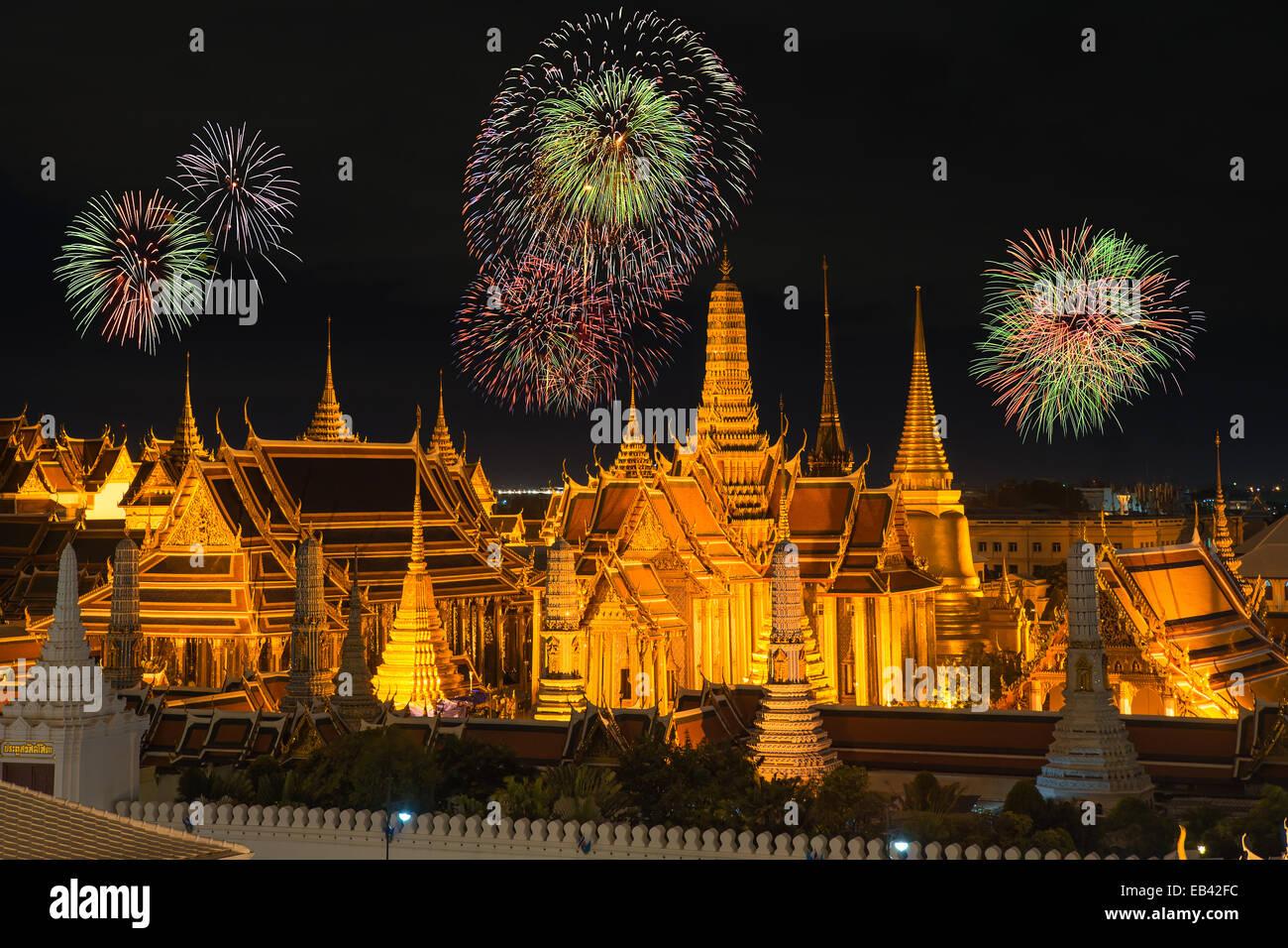 El gran palacio y Wat Phra keaw en la noche de Año Nuevo con fuegos artificiales Foto de stock