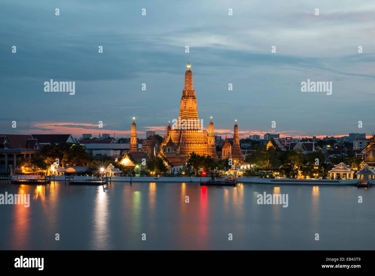 Wat Arun lugares religiosos budistas en tiempo crepuscular, Bangkok, Tailandia Imagen De Stock