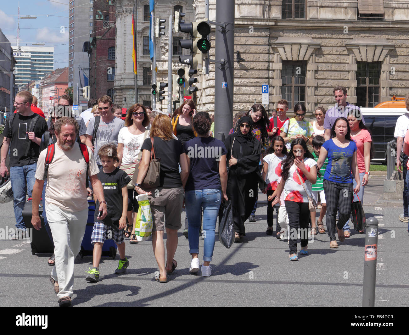 Los peatones cruce carretera turística árabe Zebra centro de Munich, Alemania Imagen De Stock