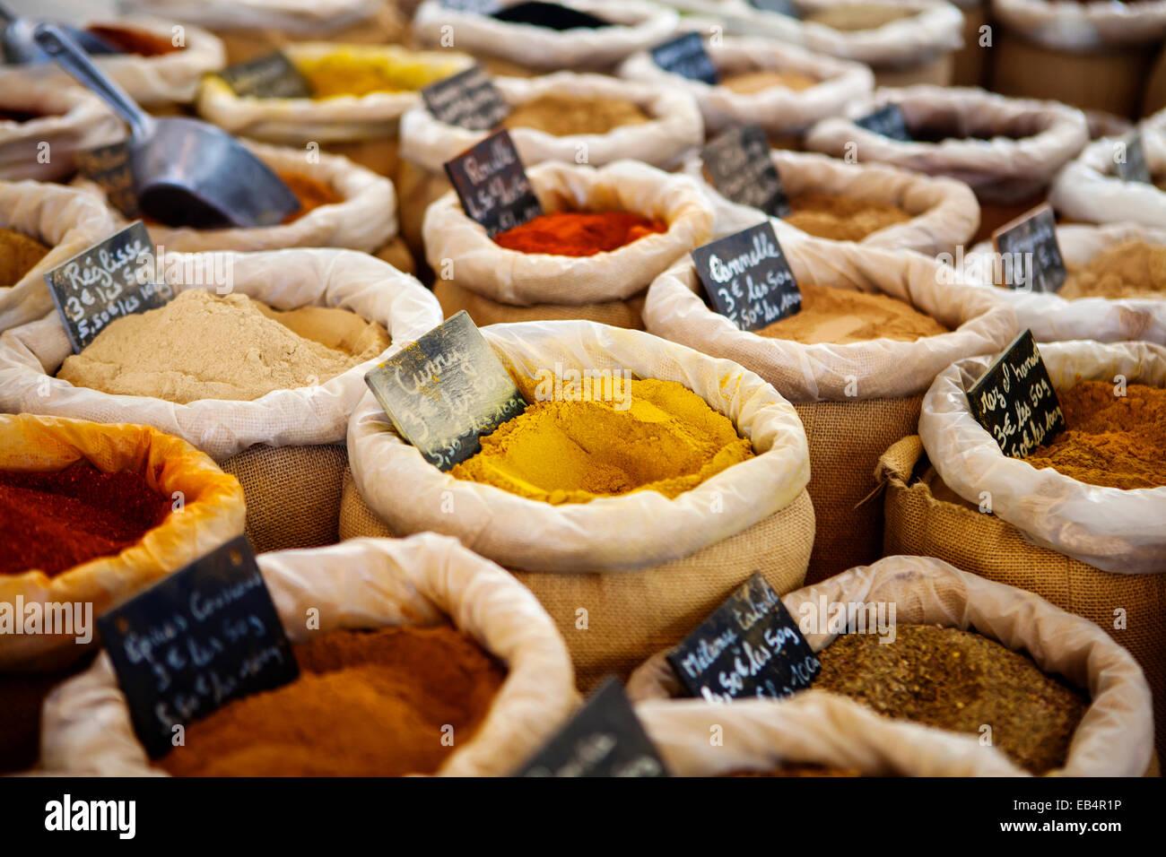 En el mercado de especias en Provence, Francia Foto de stock