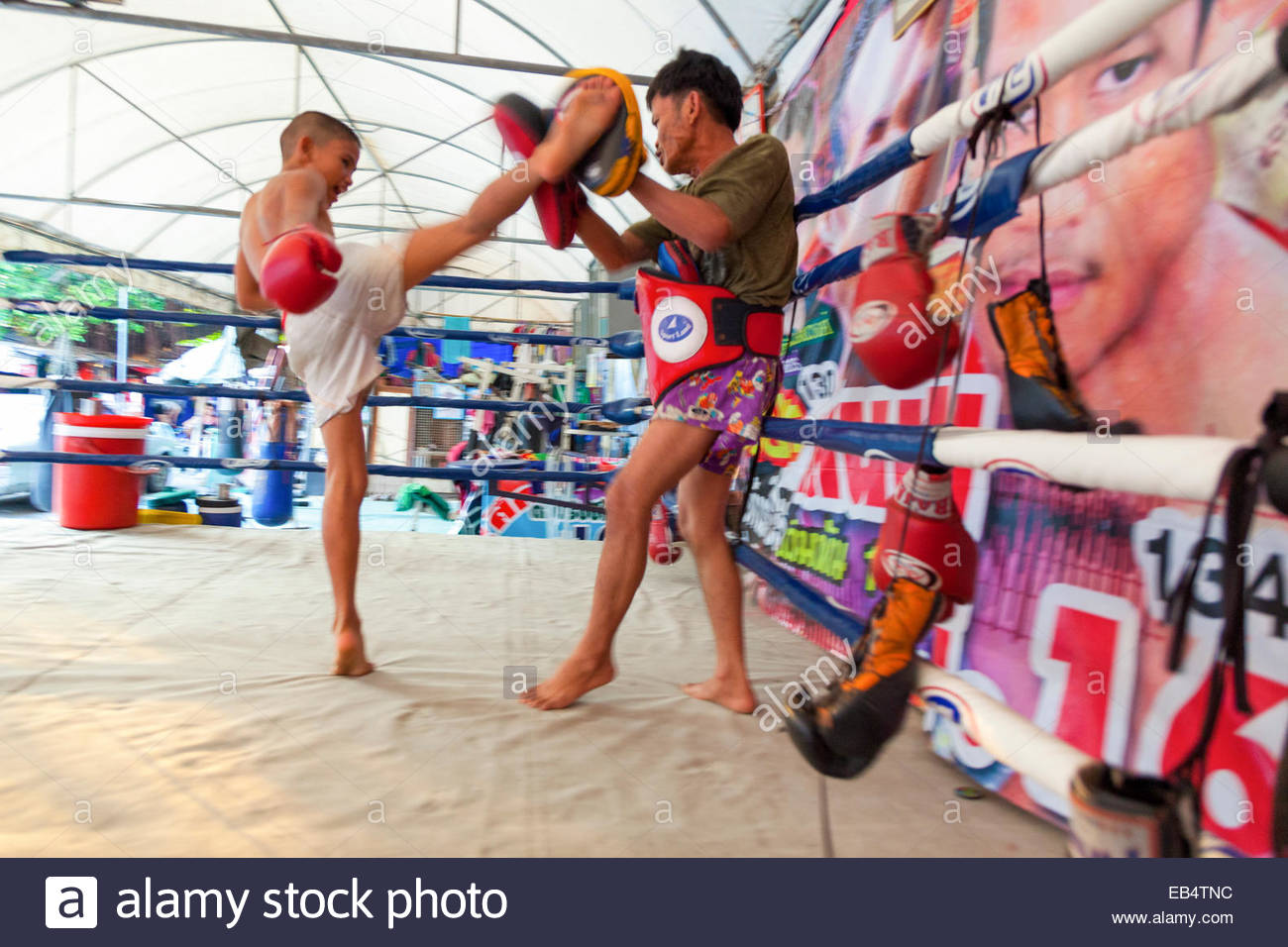 Gimnasio de boxeo Muay Thai cerca del 5 Samsen Lodge en el casco antiguo de Bangkok, Tailandia Imagen De Stock