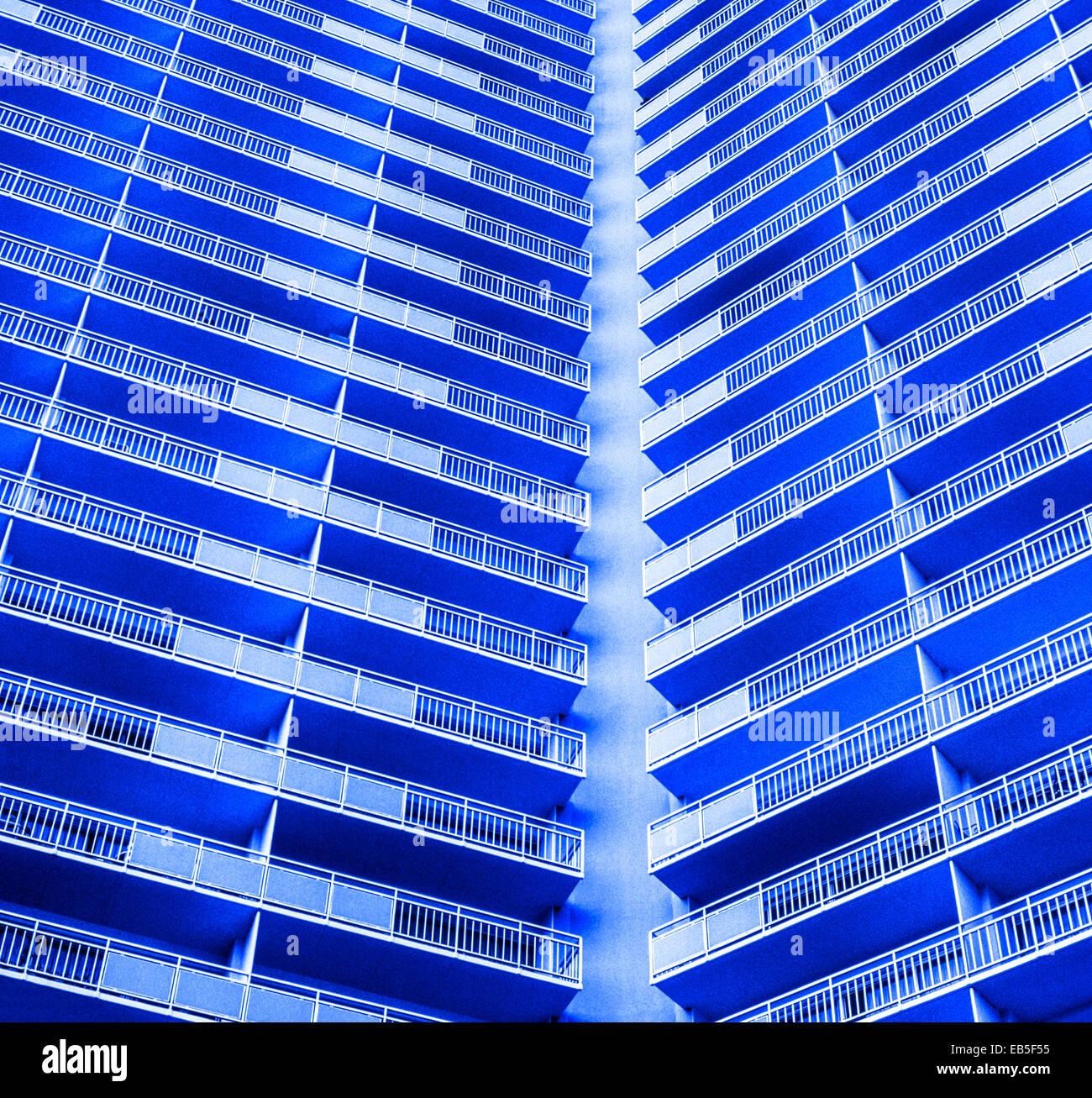 Las líneas rectas de un balcón del hotel crea un llamativo patrón de una modernista del siglo de mid-20th estilo Foto de stock