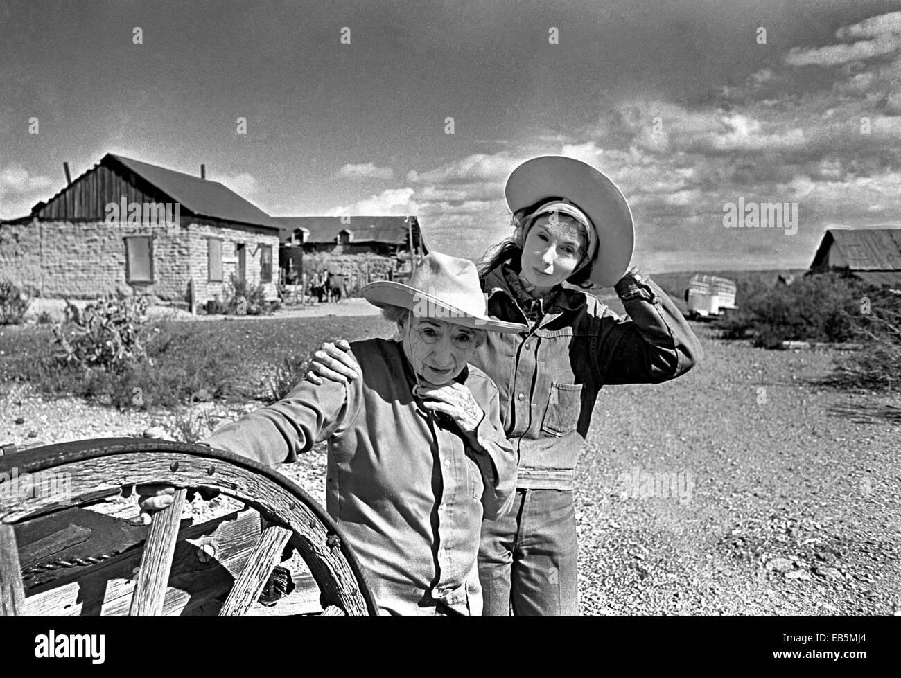 Rita y Janaloo Hill, ermitaños, mujeres que vivían en la propiedad y la ciudad fantasma de Shakespeare, Nuevo México, circa 1978 Foto de stock