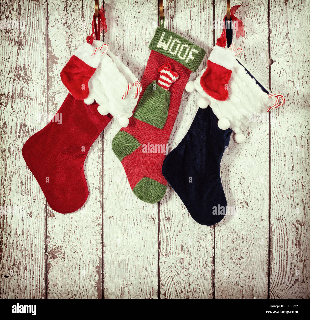 Calcetines de Navidad colgando contra el fondo de madera rústica Imagen De Stock