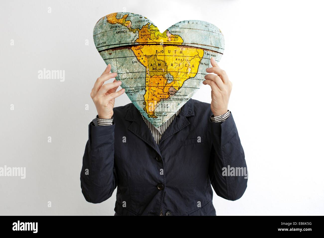 Retrato de mujer con corazon tapando la cara, amor, Retrato de mujer que cubre su rostro con el corazón, el Imagen De Stock
