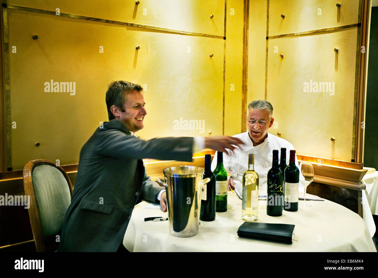 El cheff Jean Pierre Bruneau probando algunos vinos, Bruneau restaurante, , Bruselas, Bruselas, Bélgica. Imagen De Stock