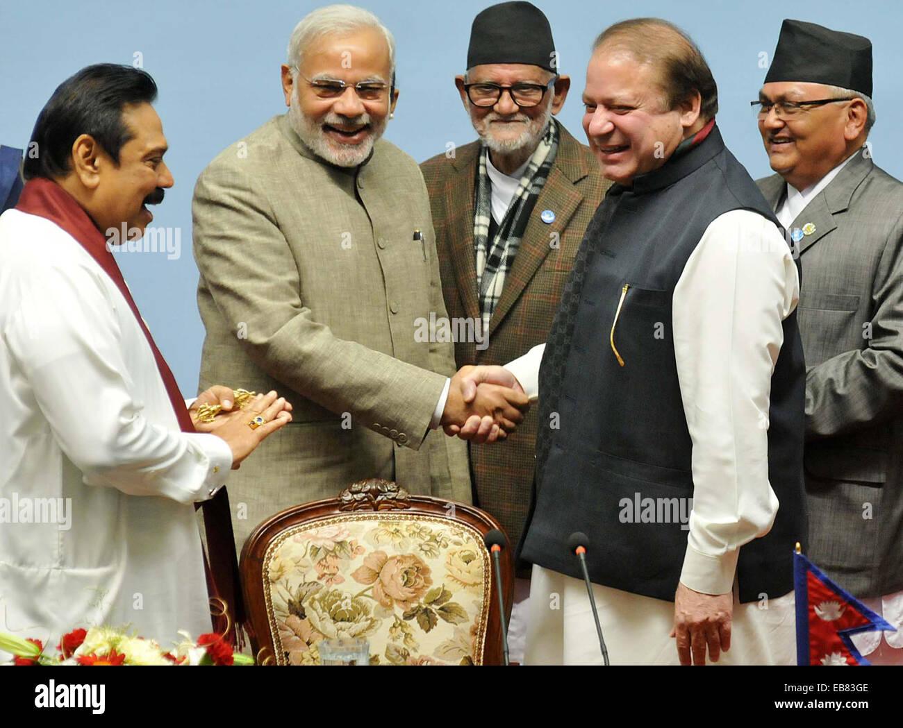 PM pakistaní Nawaz Sharif y PM de la India Narendra Modi se estrecharon la mano y se reunió brevemente durante el retiro en la cumbre de la SAARC, el jueves, 27 de noviembre de 2014. Un día después de Sharif notoriamente evitados Modi mientras se reunía con otros cinco líderes del Sur de Asia en Katmandú. Foto de stock