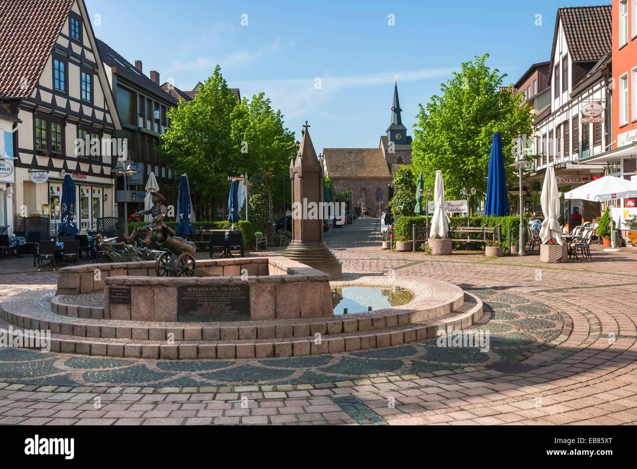Market Square en Bodenwerder con una estatua del Barón Munchhausen en el cuento de hadas alemán Ruta, Baja Sajonia, Alemania, Europa Foto de stock