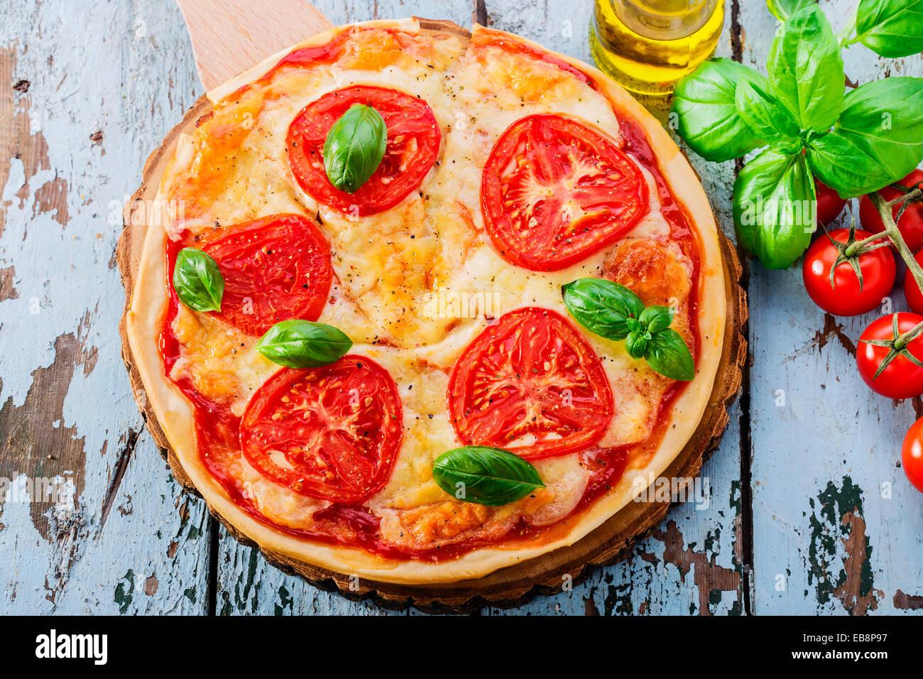 Pizza con mozzarella y tomates Imagen De Stock