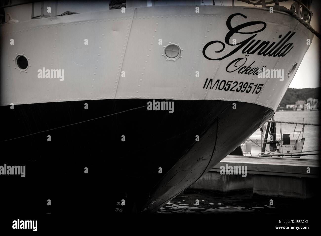 1941 65-70 aventura antiguo Aventura bachillerato detrás del barco blanco y negro Casco clasico concepto clásico detras educacion Foto de stock