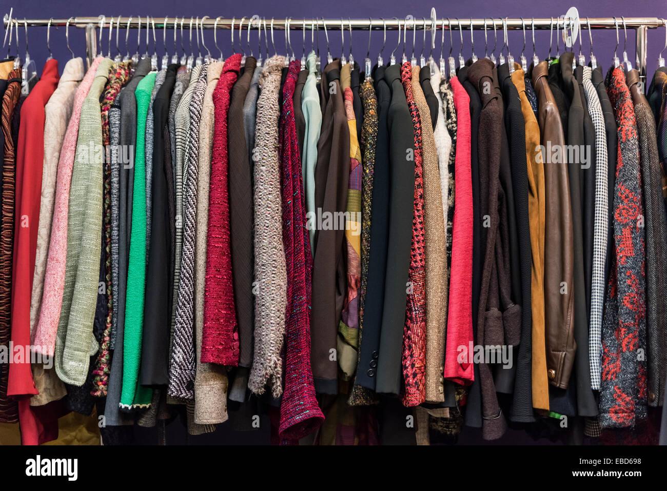 Chaqueta para mujer la selección en una tienda de ahorro. Imagen De Stock