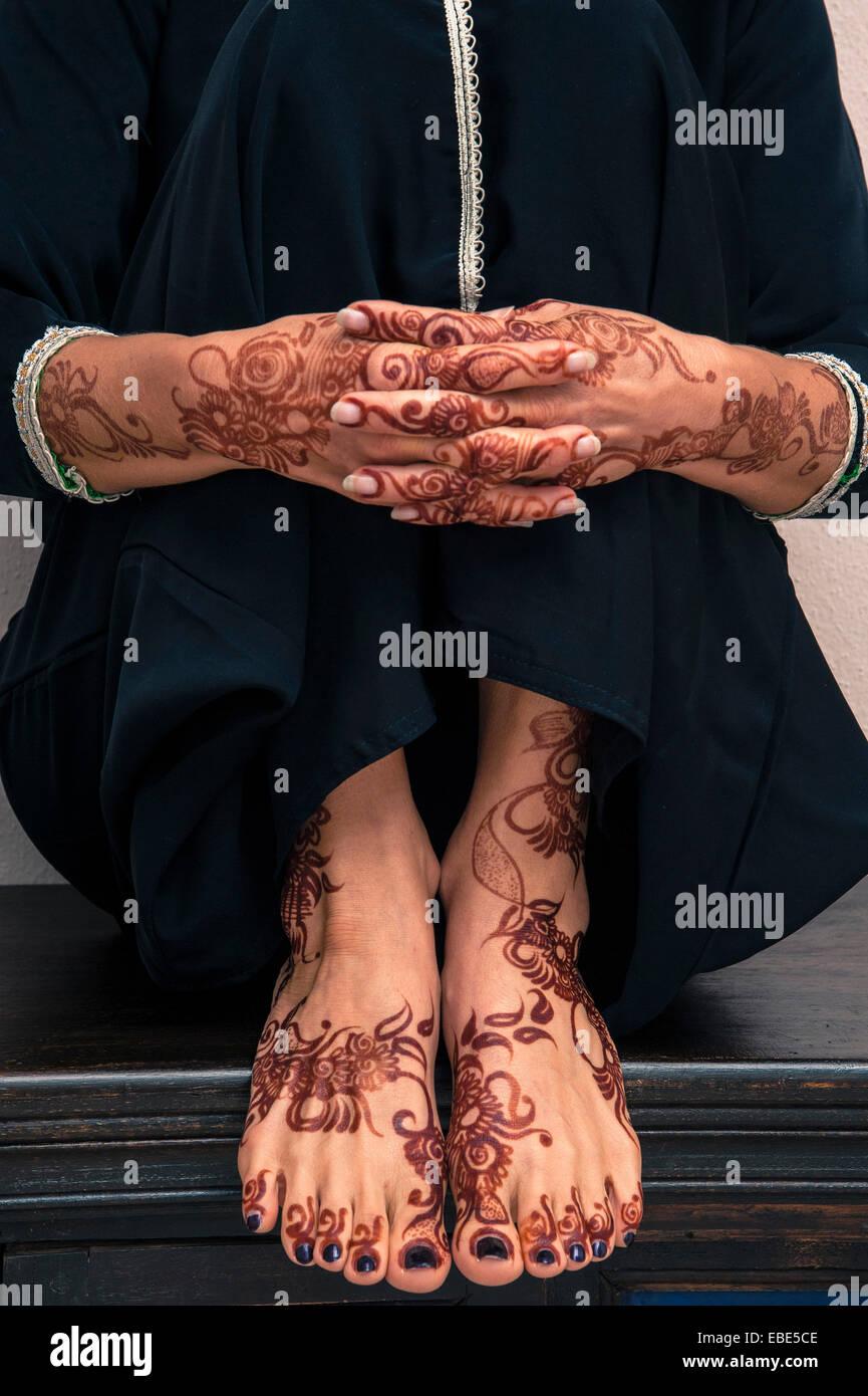 Close-up de la mujer las manos y los pies con henna en estilo Árabe Foto de stock