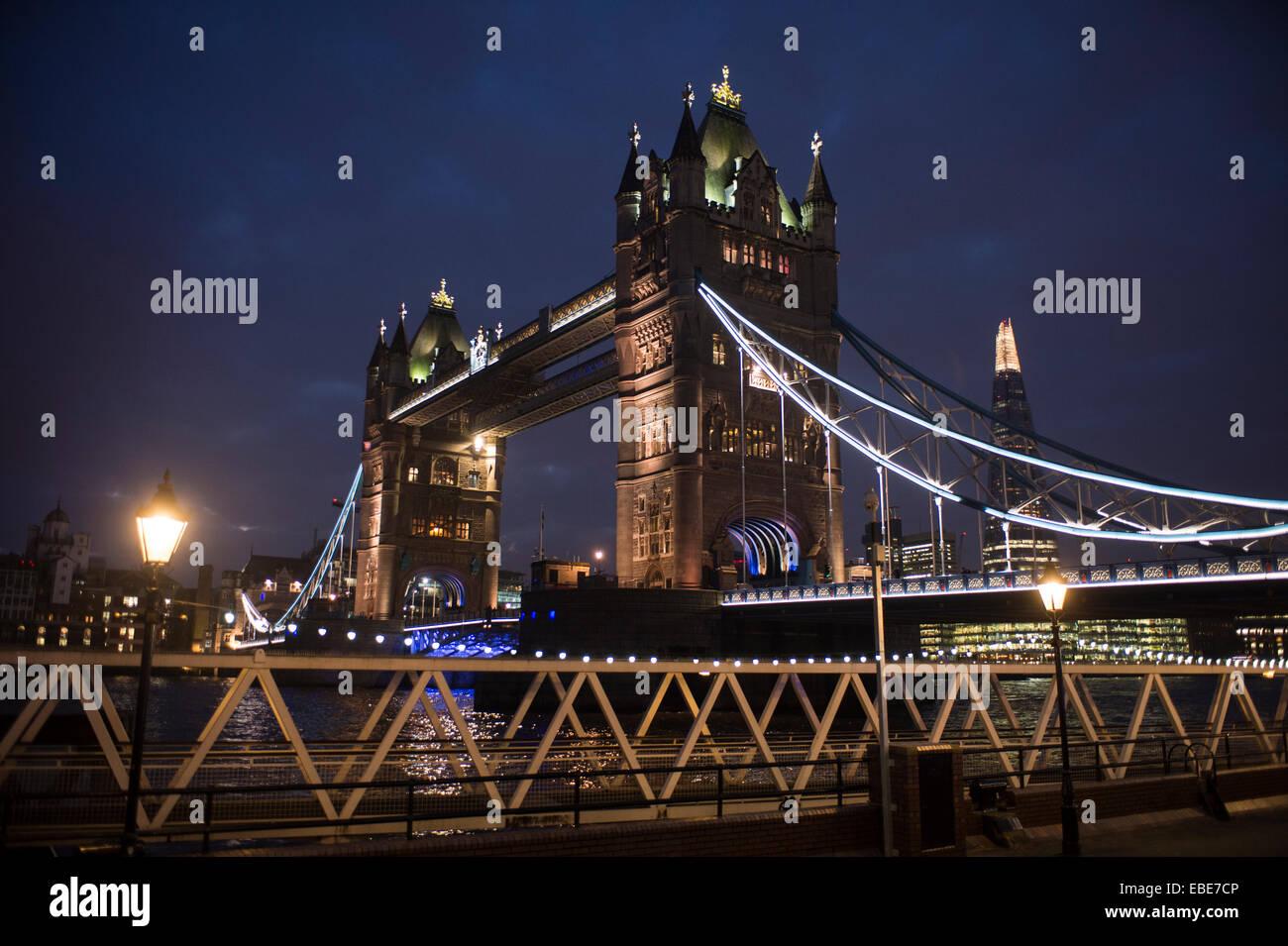 Pic muestra el Tower Bridge y el Shard en Londres, Inglaterra, fotografiada al atardecer Foto de stock