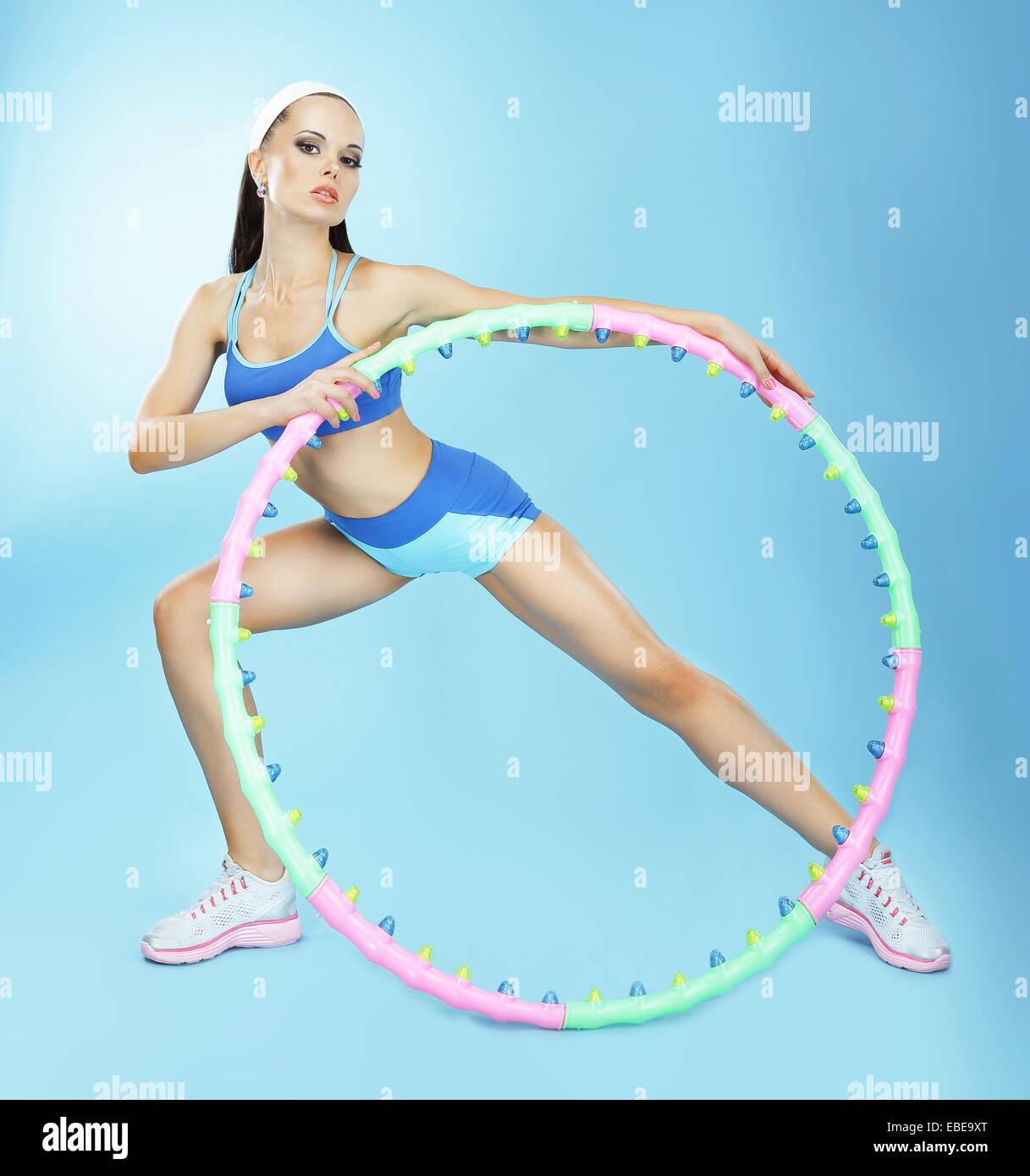 La gimnasia. Colocar mujer con aro en el Club de Fitness Imagen De Stock
