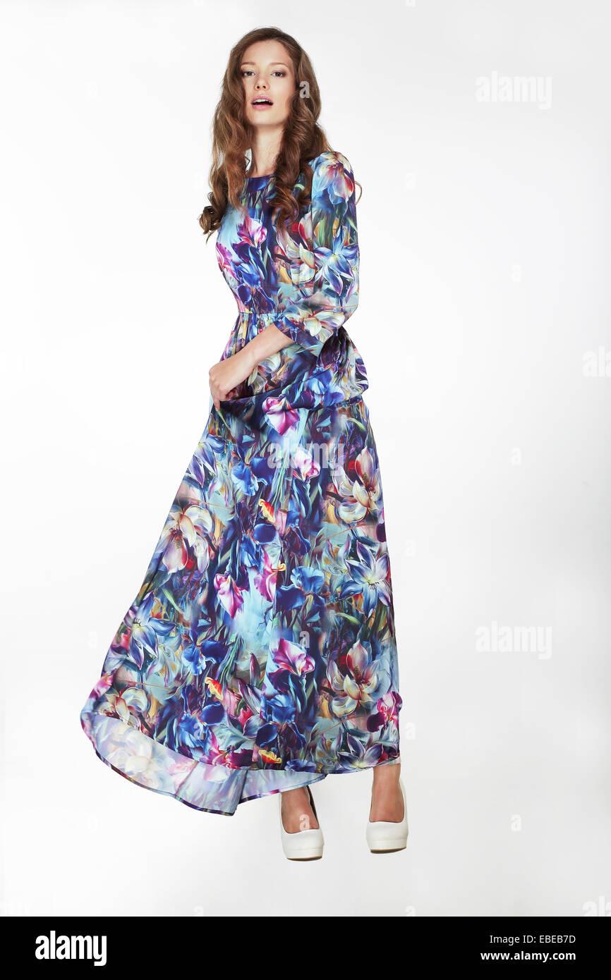 Moda elegante mujer en Azul sedoso vestido florido Imagen De Stock