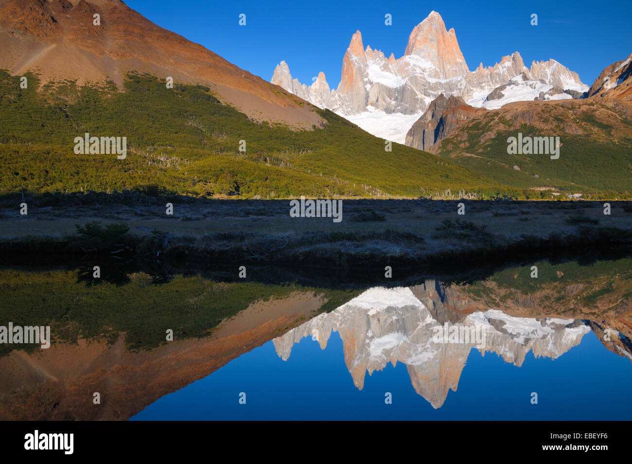 Monte Fitz Roy, macizo montañoso en la provincia de Santa Cruz en América del Sur Foto de stock
