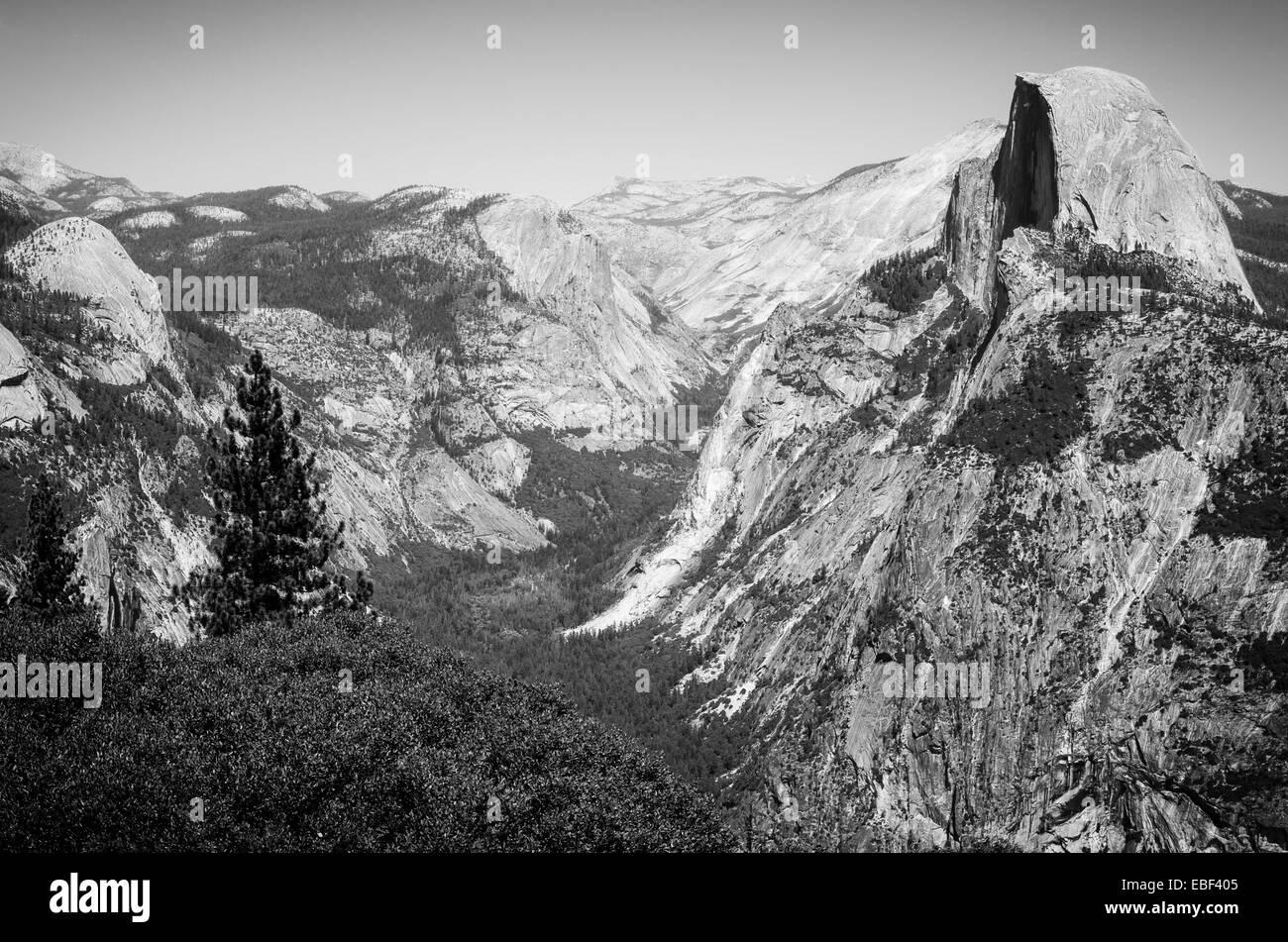 El icónico Half Dome, visto desde el punto de glaciares en el Parque Nacional Yosemite Foto de stock