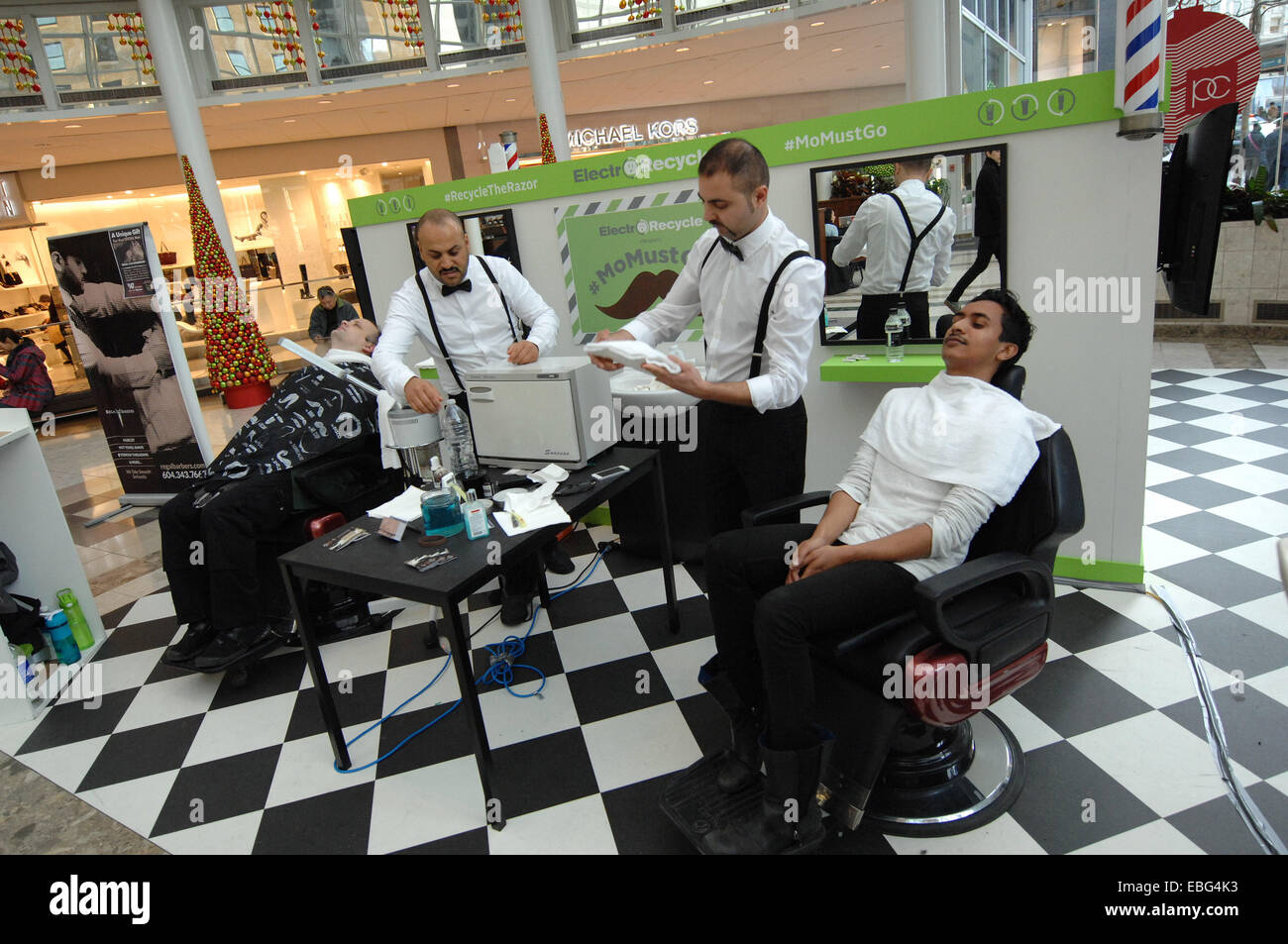 """(141201) -- VANCOUVER, Diciembre 1, 2014 (Xinhua) -- Los hombres consiguen su bigote afeitado durante """"Mo"""" deben Foto de stock"""