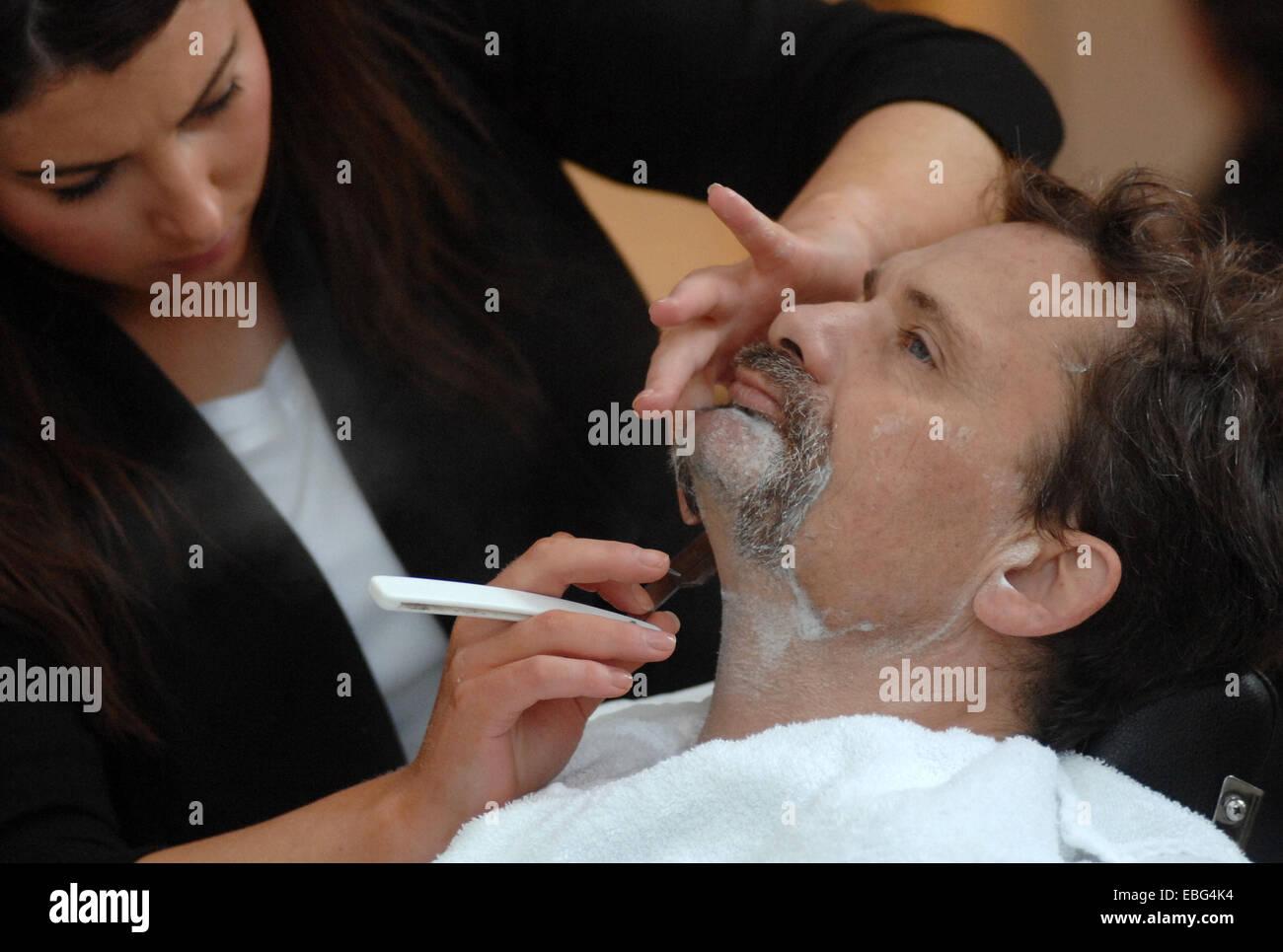 """(141201) -- VANCOUVER, Diciembre 1, 2014 (Xinhua) -- un hombre obtiene su bigote afeitado durante """"Mo"""" deben ir Foto de stock"""
