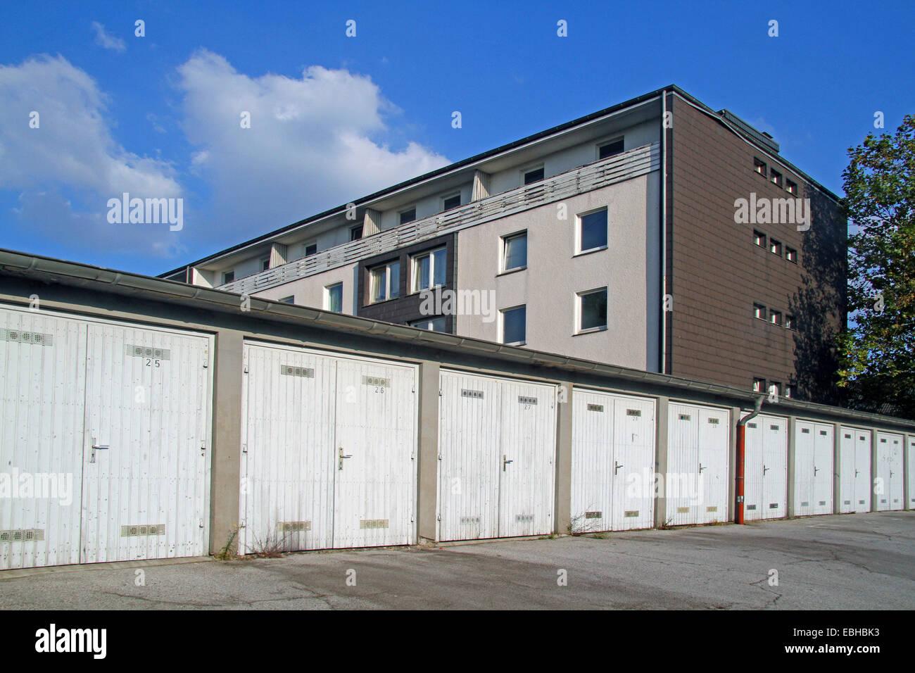 Casa de apartamentos y garajes, Alemania Imagen De Stock