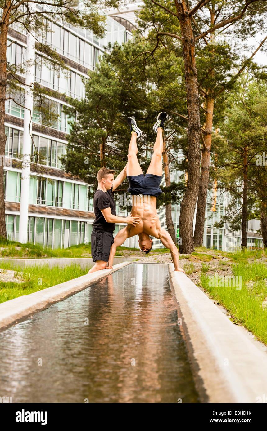 Los entrenadores personales haciendo outdoor training en urbano, Munich, Baviera, Alemania Imagen De Stock