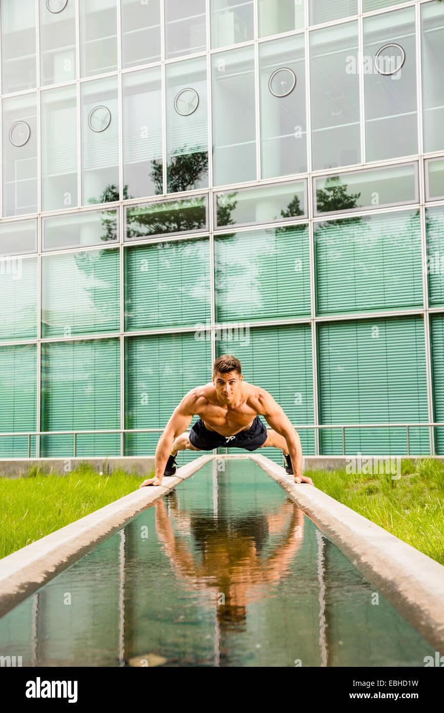 Entrenador personal haciendo outdoor training en urbano, Munich, Baviera, Alemania Imagen De Stock