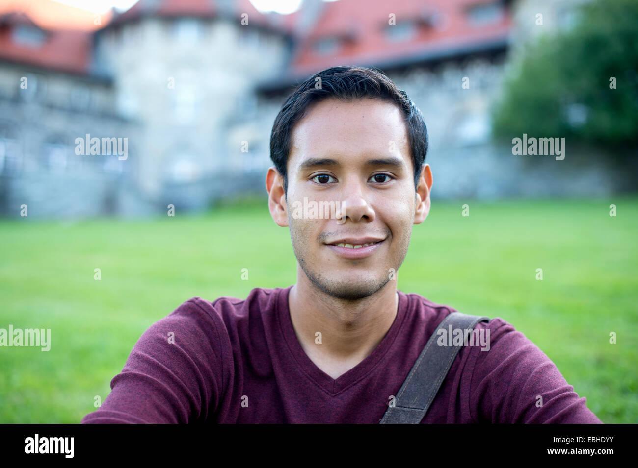 Cabeza y hombros retrato de un hombre joven Imagen De Stock