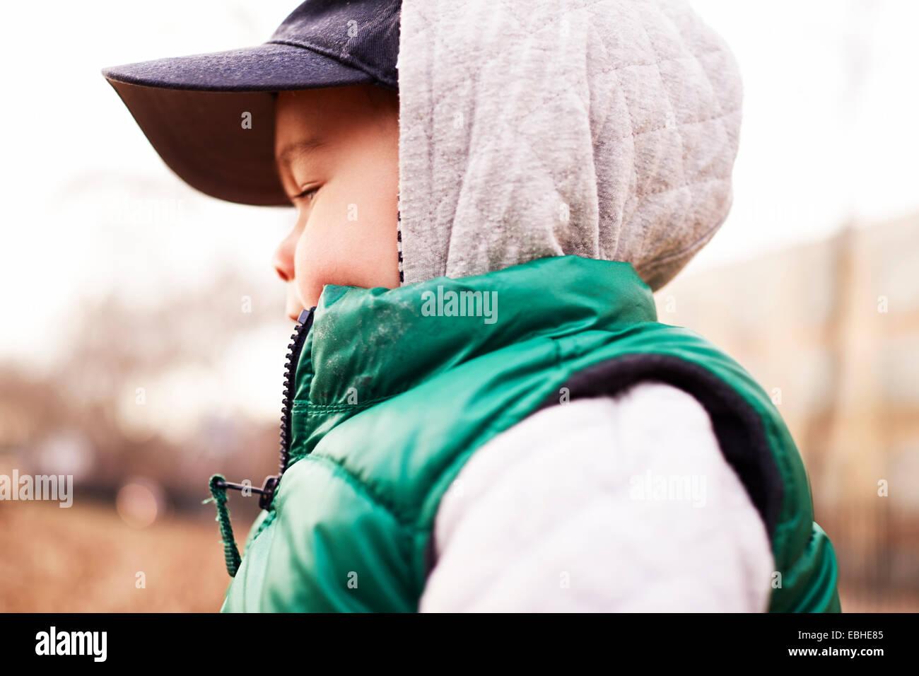 Boy vistiendo ropa de invierno Imagen De Stock