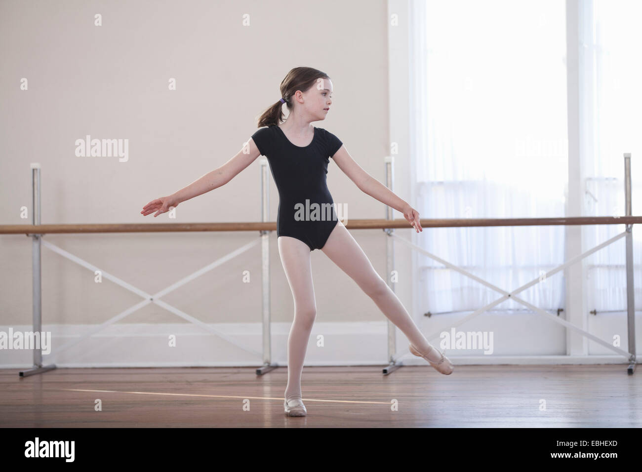Joven bailarina practicando el ballet de danza en la escuela de ballet Imagen De Stock