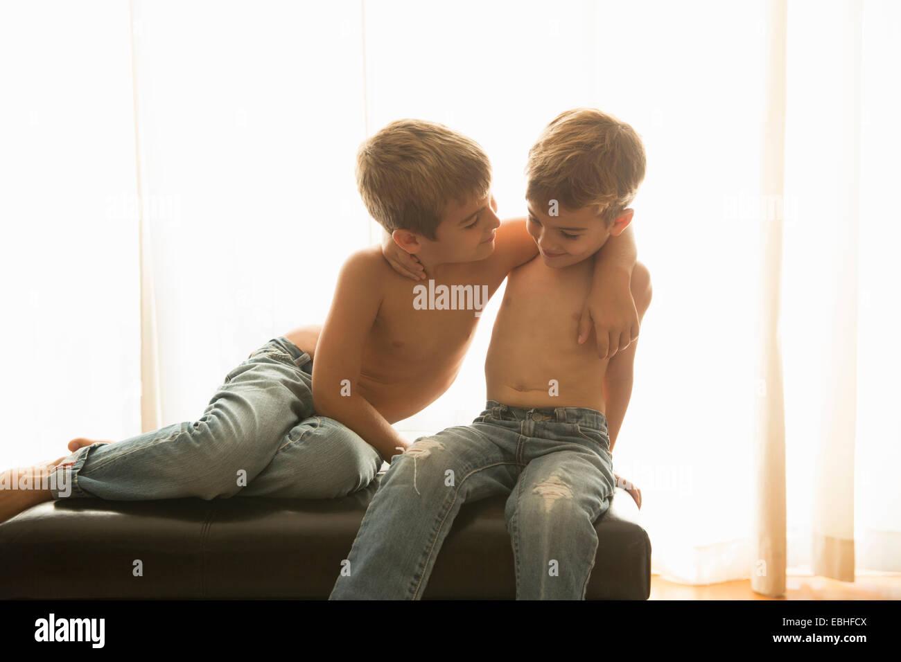 Hermanos pegado en casa Imagen De Stock