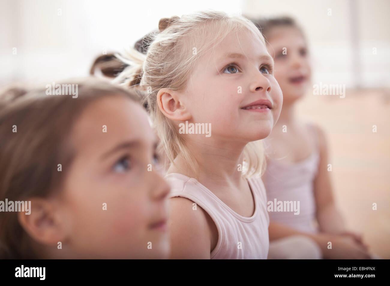 El grupo de niñas mirando hacia arriba en la escuela de ballet Imagen De Stock