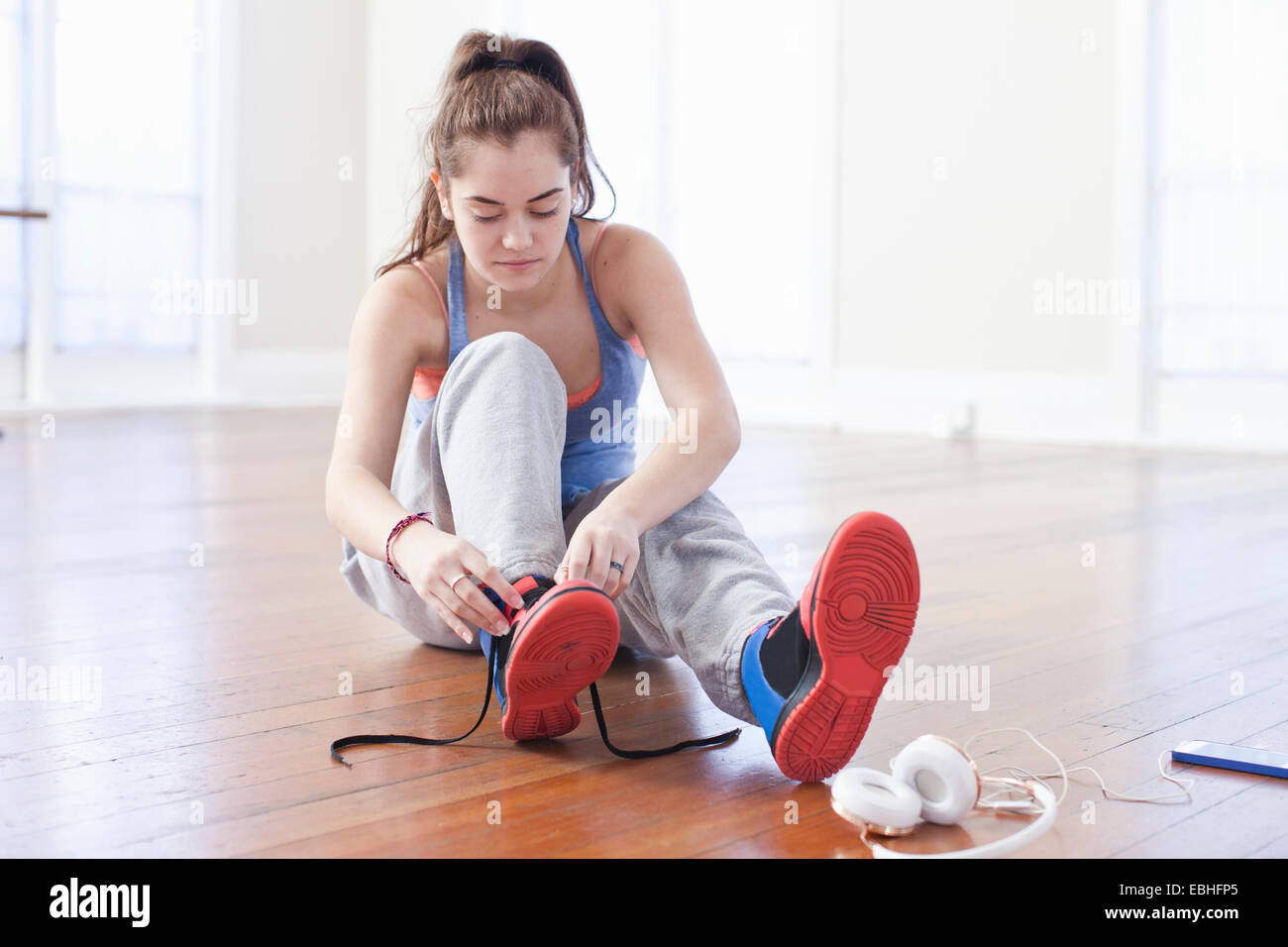 Adolescente atado cordones formador en la escuela de ballet Imagen De Stock