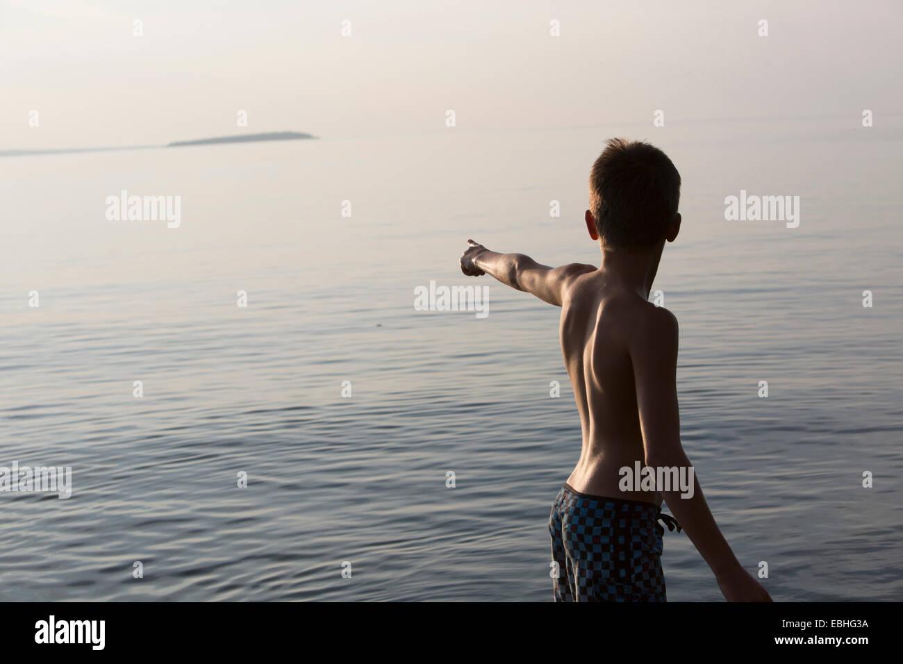 Adolescente apuntando, el Lago Superior, Au Train Bay, Michigan, EE.UU. Foto de stock