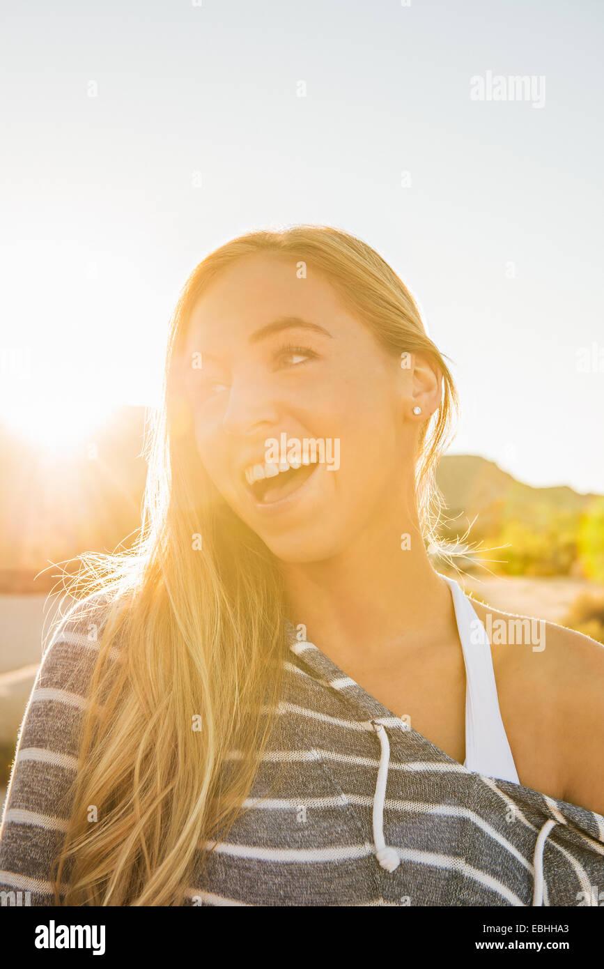 Mujer sonriendo ampliamente Imagen De Stock