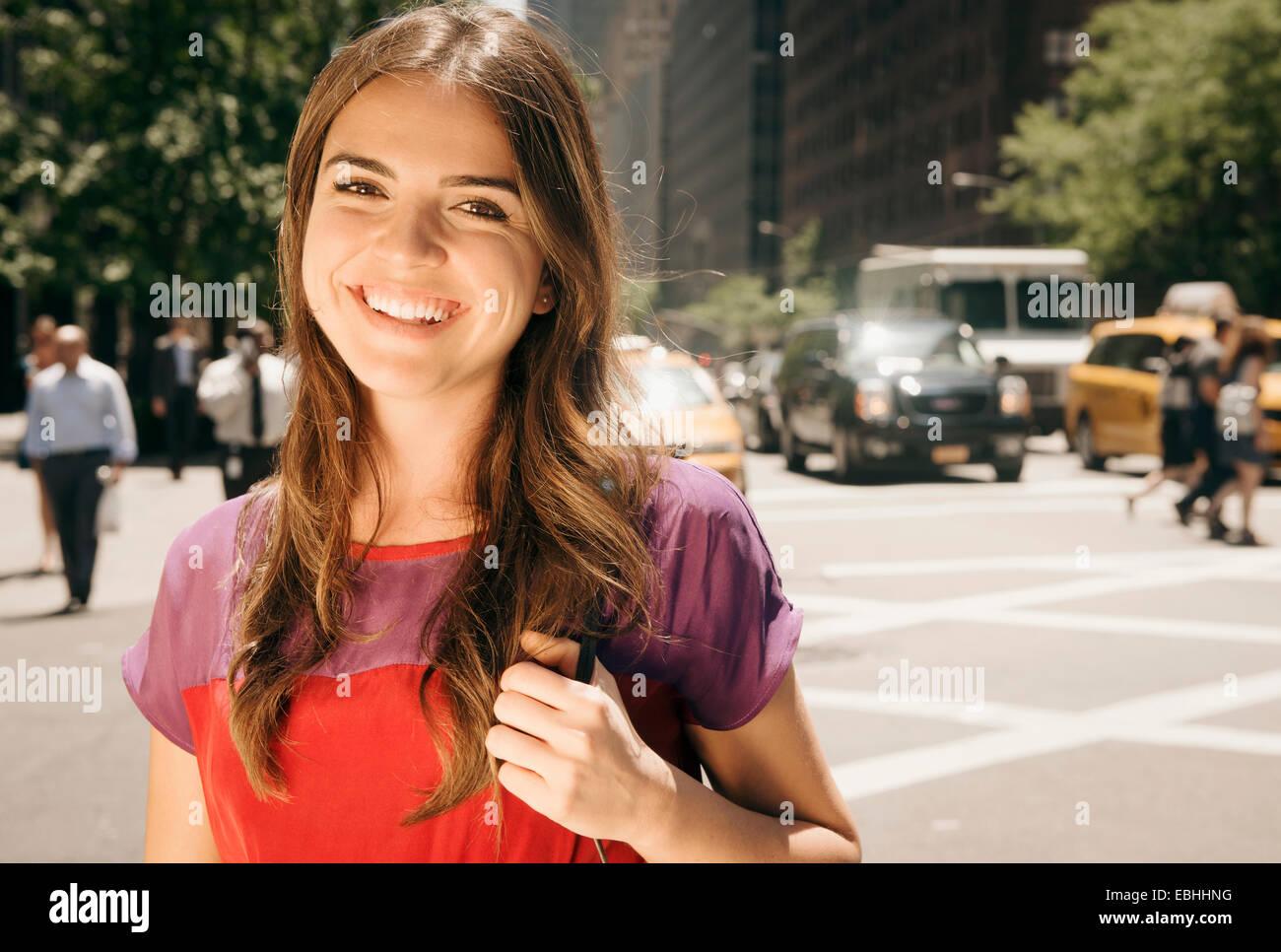 Mujer joven con largo pelo castaño en streetscene Imagen De Stock