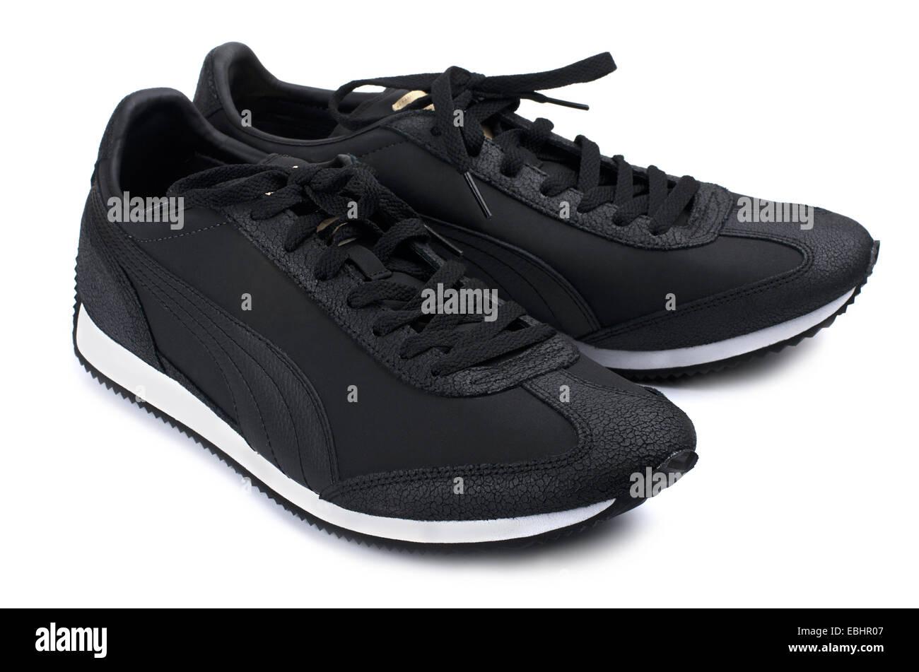 Sneakers negro sobre un fondo blanco. Imagen De Stock
