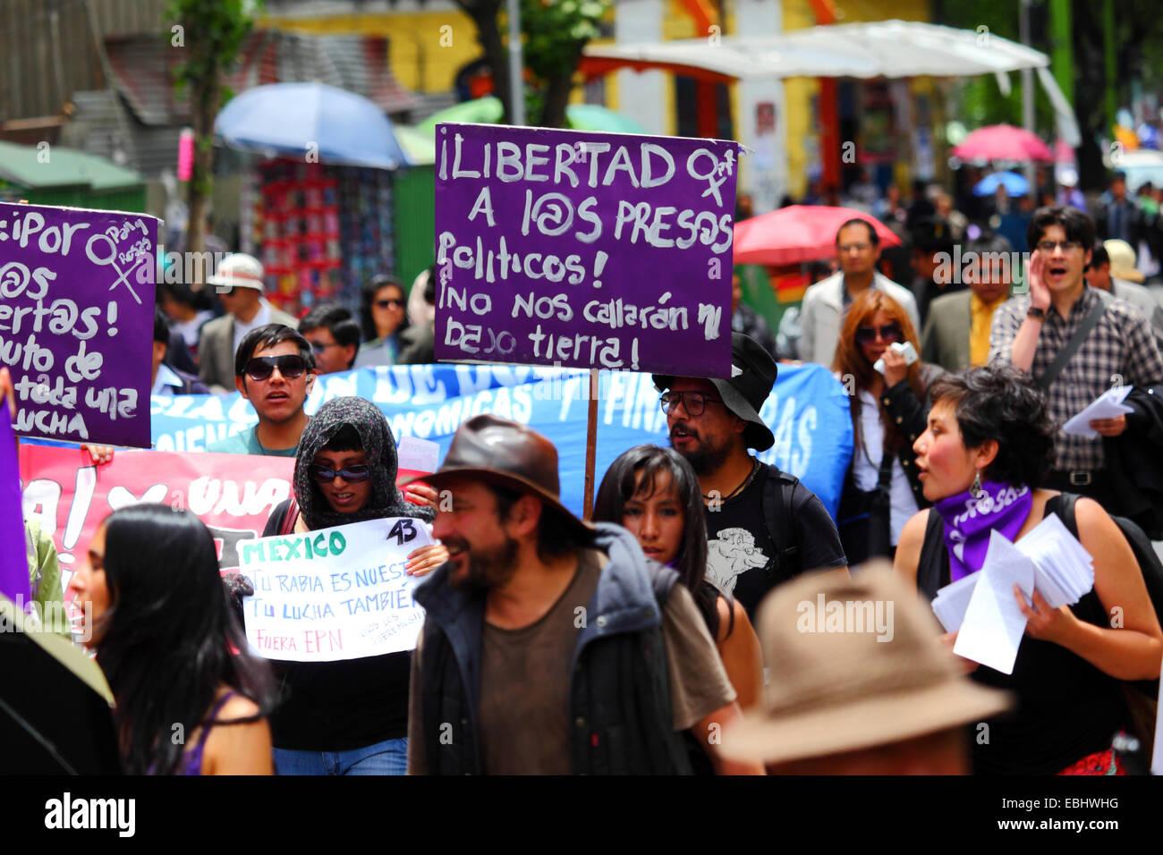 Los manifestantes marzo exigiendo justicia para los 43 estudiantes que faltan en México y la liberación de los presos políticos, La Paz, Bolivia Foto de stock