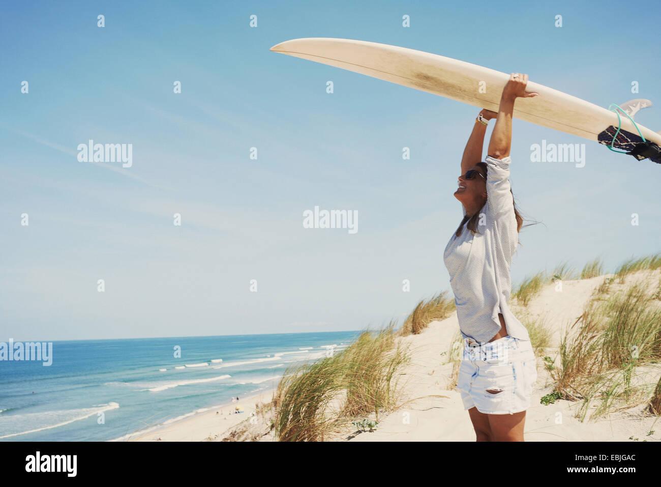 Mujer con tablas de surf en la playa, Lacanau, Francia Imagen De Stock