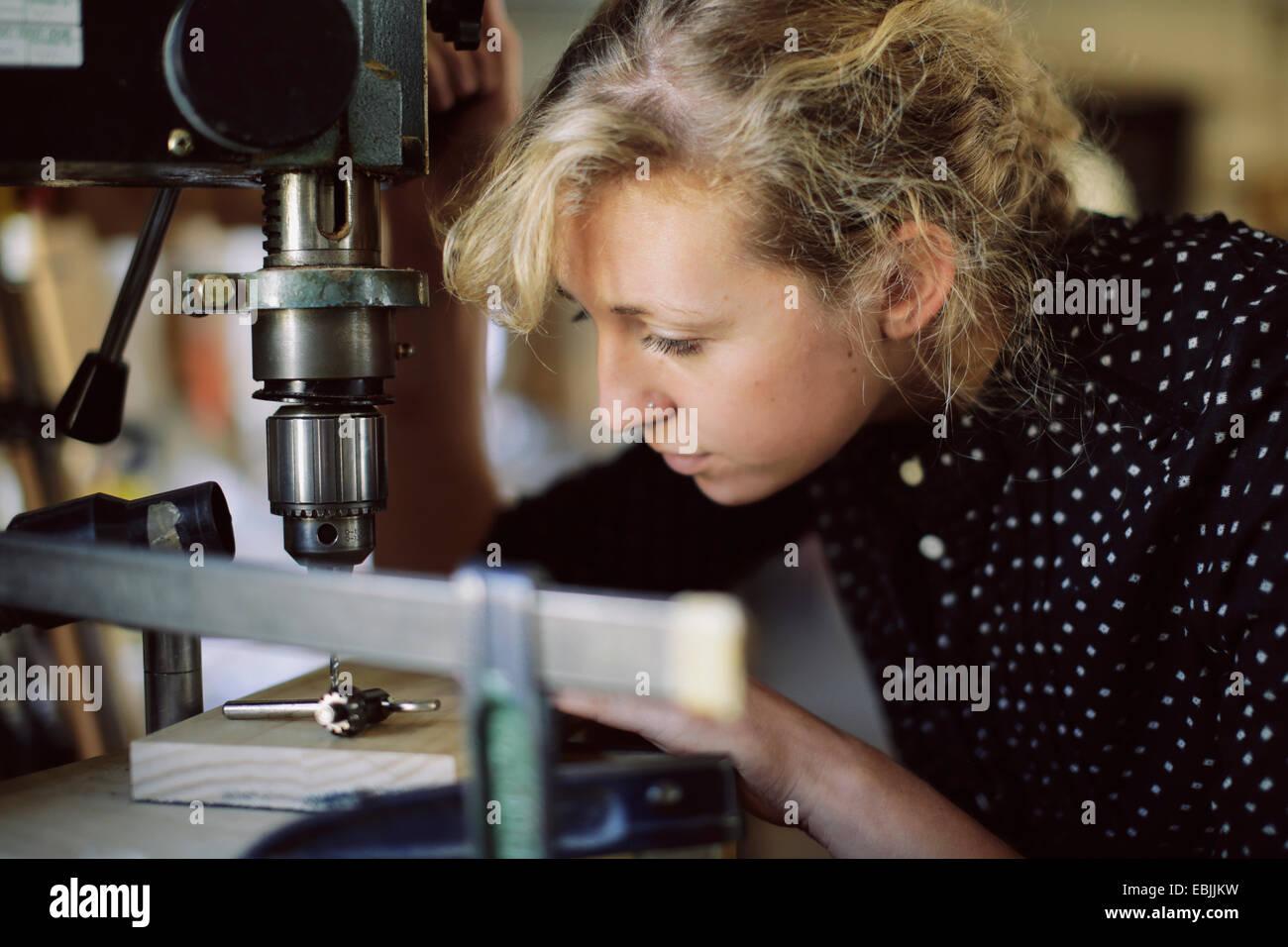 Joven artesana de perforación en componente PIPE ORGAN TALLER Imagen De Stock