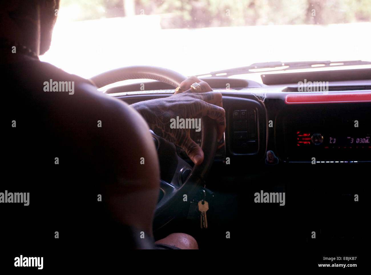 Recorta cerca de joven conduciendo coches Road Trip. Imagen De Stock