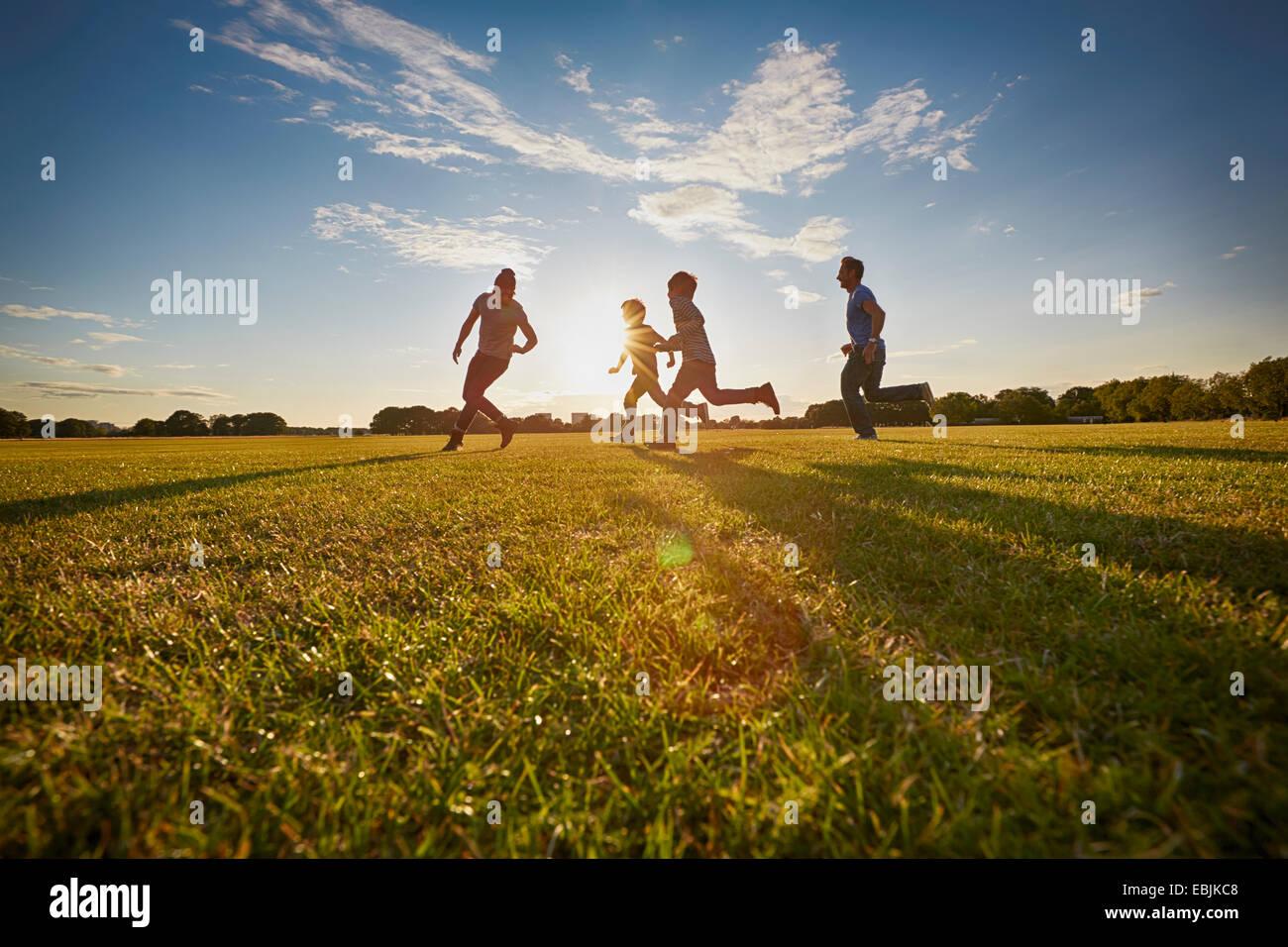 Familia fuera en el parque Imagen De Stock